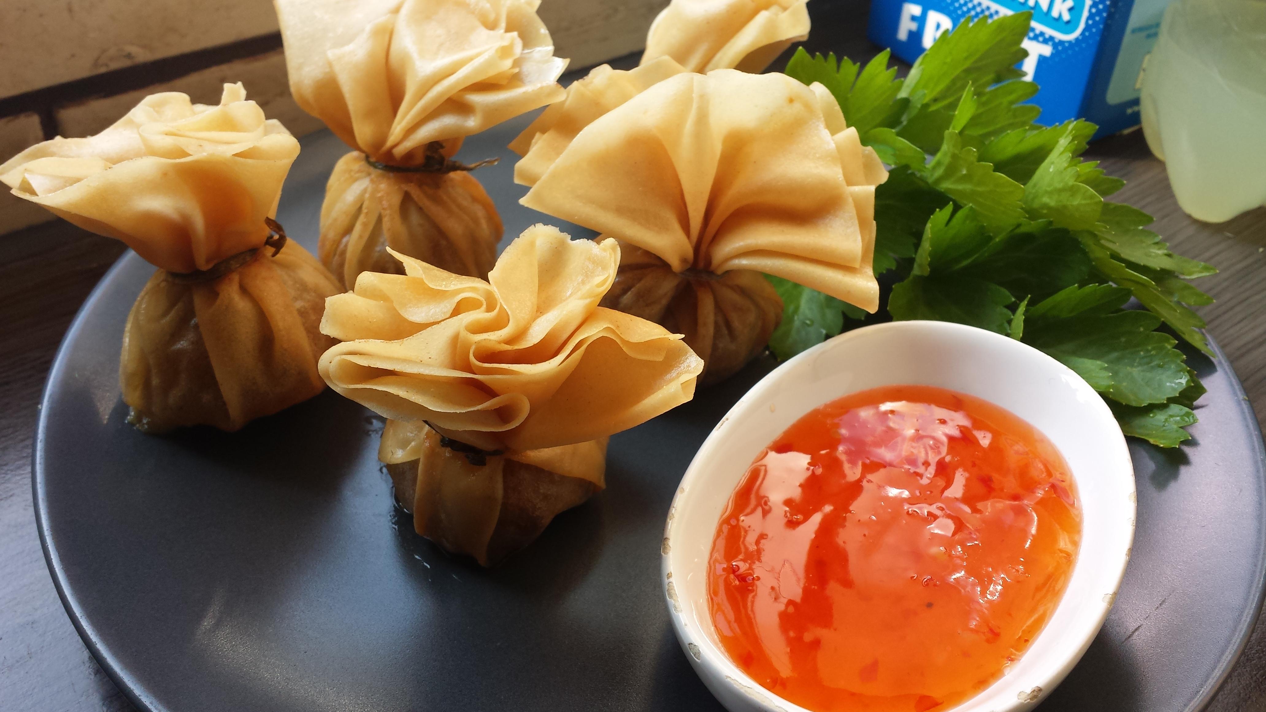 Thung Tong – gefrituurde filodeeg gevuld met gehakt